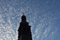 Vista de la iglesia y del cielo hermoso en Bratislava foto de archivo libre de regalías