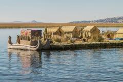 Vista de la isla flotante Uros, el lago Titicaca, Perú, Bolivia Fotos de archivo