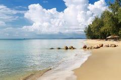 Vista de la isla hermosa con la playa de la arena Fotografía de archivo