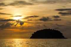 Vista de la isla de Koh Pu en la puesta del sol de la playa de Kata Phuket, Tailandia fotos de archivo
