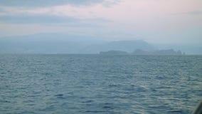 Vista de la isla de Madeira en niebla del tablero de yate de la navegación almacen de video