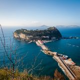 Vista de la isla de Nisida en Campania fotografía de archivo