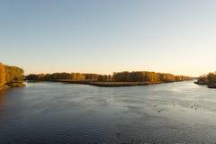 Vista de la isla a partir de la mañana del puente en octubre Imágenes de archivo libres de regalías