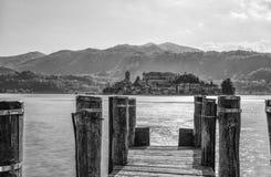 Vista de la isla de San Julio de Orta San Julio, provincia de Novara, Italia es parte del circuito de los pueblos más hermosos imagen de archivo libre de regalías