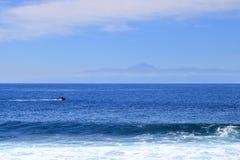 Vista de la isla de Tenerife con el volc?n Teide con el Oc?ano Atl?ntico mientras tanto fotos de archivo
