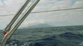 Vista de la isla de Tenerife con las nubes sobre ella Visión desde la navegación del yate en el mar por mañana almacen de video