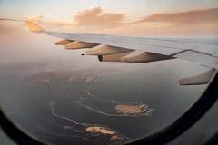 Vista de la isla a través de la ventana del avión imagen de archivo