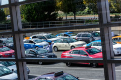 Vista de la línea del taxi hacia fuera una ventana del aeropuerto Imagen de archivo libre de regalías