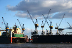 Vista de la logística y de grúas en el puerto - serie Imagen de archivo