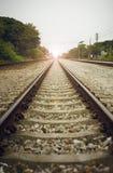 Vista de la longitud del ferrocarril con el árbol verde en el lado izquierdo y derecho del ferrocarril, de la imagen filtrada, de imágenes de archivo libres de regalías