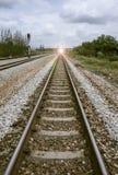 Vista de la longitud del ferrocarril con el árbol verde en el lado izquierdo y derecho del ferrocarril Imagen filtrada efecto lum fotografía de archivo libre de regalías
