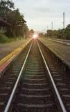 Vista de la longitud del ferrocarril con el pavimento en el lado izquierdo y derecho del ferrocarril, de la imagen filtrada, del  fotografía de archivo