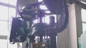 Vista de la máquina vieja de la prensa de tornillo en taller anticuado del metal almacen de metraje de vídeo