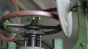 Vista de la máquina vieja de la prensa de tornillo en taller anticuado del metal metrajes