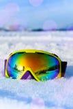 Vista de la máscara de esquí en la nieve blanca con los copos de nieve Imagenes de archivo