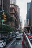 Vista de la 7ma calle, Nueva York, los E.E.U.U., desde arriba del autobús turístico foto de archivo