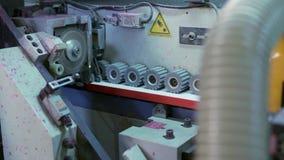 Vista de la maquinaria de carpintería almacen de metraje de vídeo