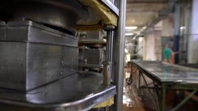 Vista de la maquinaria en las instalaciones lecheras en el trabajo almacen de metraje de vídeo