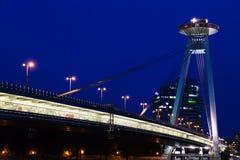 Vista de la mayoría del puente de SNP en Bratislava en noche Imagen de archivo libre de regalías