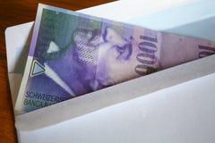 Vista de la moneda de los francos suizos en el anuncio publicitario Imagenes de archivo