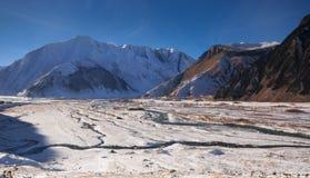 Vista de la montaña caucásica en invierno Imágenes de archivo libres de regalías
