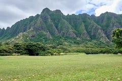 Vista de la montaña en el parque regional de la playa de Kualoa en ahu de O ', Hawaii fotos de archivo libres de regalías
