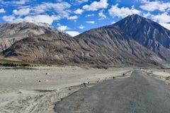 Vista de la montaña en el valle de Nubra Foto de archivo libre de regalías