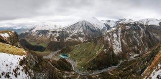 Vista de la montaña en invierno, el Cáucaso, Georgia imagen de archivo