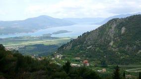 Vista de la montaña Lovcen Tivat Aeropuerto de Tivat Lustica Penins almacen de metraje de vídeo