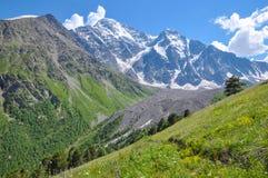 Vista de la montaña nevosa de la cuesta opuesta imagenes de archivo