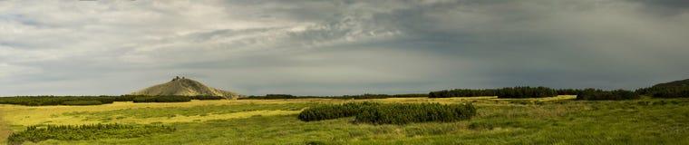 Vista de la montaña Sniezka, pista de senderismo Fotos de archivo