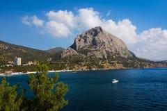 Vista de la montaña Sokol y de la bahía crimea Imagen de archivo libre de regalías