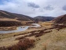 Vista de la montaña y del río en el borde del camino en Sichuan Fotos de archivo