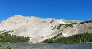 Vista de la montaña y del lago Fotografía de archivo libre de regalías