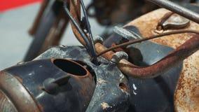 Vista de la moto oxidada antigua metrajes