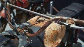 Vista de la moto oxidada vieja metrajes