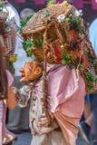 Vista de la muñeca del granjero, manipulada con la gente dentro, llevando la cesta tradicional grande, en el mercado medieval de  imágenes de archivo libres de regalías
