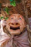 Vista de la muñeca del granjero, manipulada con la gente dentro, llevando la cesta tradicional grande, en el mercado medieval de  imagenes de archivo