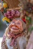 Vista de la muñeca del granjero, manipulada con la gente dentro, llevando la cesta tradicional grande, en el mercado medieval de  foto de archivo libre de regalías
