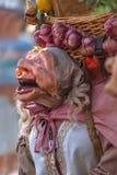 Vista de la muñeca del granjero, manipulada con la gente dentro, llevando la cesta tradicional grande, en el mercado medieval de  foto de archivo