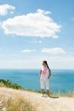 Vista de la muchacha y del mar Fotos de archivo libres de regalías