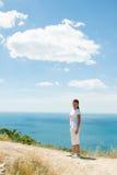 Vista de la muchacha y del mar Imagen de archivo