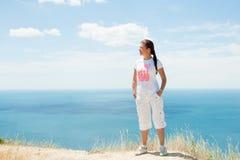 Vista de la muchacha y del mar Fotos de archivo