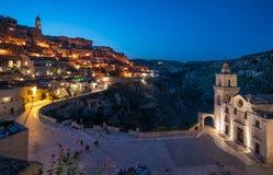 Vista de la noche en Matera en el distrito del ` de Sassi del `, Basilicata, Italia meridional Foto de archivo