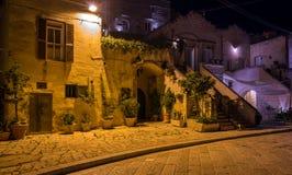 Vista de la noche en Matera en el distrito del ` de Sassi del `, Basilicata, Italia meridional Fotografía de archivo