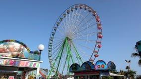 vista de la noria en el parque de atracciones en Ayia Napa chipre metrajes