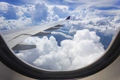 Vista de la nube con el ala del aeroplano de la ventana imágenes de archivo libres de regalías