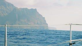 Vista de la orilla acantilada de Gran Canaria con las nubes y la niebla sobre ella almacen de video