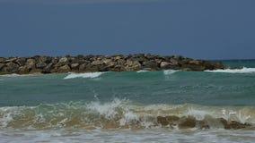 Vista de la orilla de la playa con las ondas que se estrellan tranquilamente en la playa arenosa metrajes