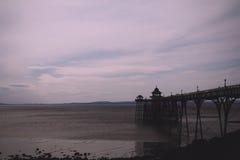 Vista de la orilla del mar en Clevedon, Inglaterra Incluyendo el embarcadero V Foto de archivo